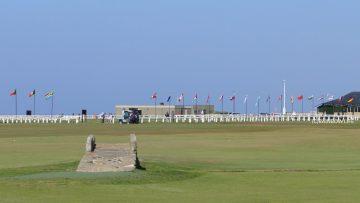 ゴルフに興味のない人も楽しめる、美しい海岸沿いの景色です。