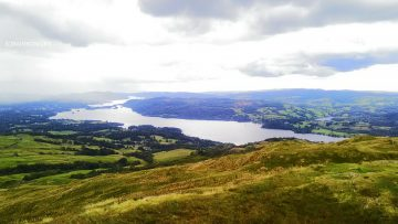 美しい湖を船で渡るのも、山に登って上から湖を眺めるのも、どちらも綺麗なウィンダミア湖。