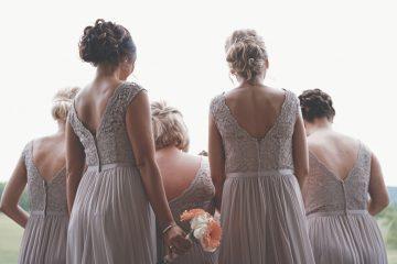 イギリス 結婚式 では、新郎・新婦の友達が式の準備を手伝う